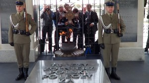 Złożenie kwiatów pod Grobem Nieznanego Żołnierza fot. ŚWIECZAK