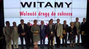 Laureaci złotych medali z diamentem wraz z Laureatami złotych medali razem z wręczającymi LUDZIE SUKCESU 25-lecia Wolnej Polski fot. ŚWIECZAK