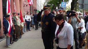 Złożenie kwiatów pod tablica upamiętniającą podpisanie rozkazu rozpoczęcia Powstania Warszawskiego fot.ŚWIECZAK