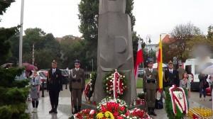 """Złożenie kwiatów pod pomnikiem gen. Stefana Roweckiego """"Grota"""" fot. ŚWIECZAK"""