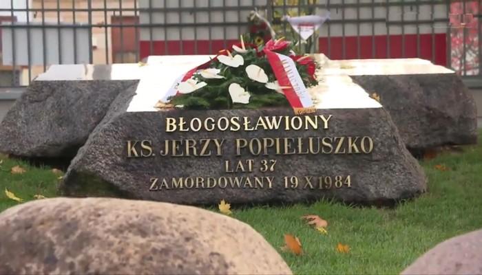 Premier Ewa Kopacz złożyła kwiaty na grobie ks.Jerzego Popiełuszki fot. ŚWIECZAK