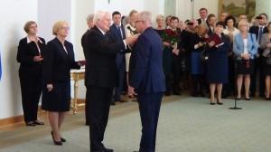 Tony Leon Housh  Odznaczenia za wspieranie polskiej transformacji fot. ŚWIECZAK