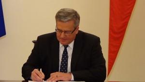 Prezydent RP Bronisław Komorowski Prezydent podpisał ustawę o Karcie Dużej Rodziny fot. ŚWIECZAK