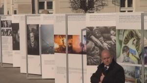 """Otwarcie wystawy """"Majdan"""" przed Pałacem Prezydenckim fot. ŚWIECZAK"""