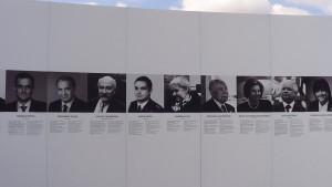Wystawa na Placu Piłsudskiego w Warszawie, w sąsiedztwie Grobu Nieznanego Żołnierza upamiętniająca ofiary katastrofy pod Smoleńskiem fot. ŚWIECZAK