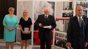 """Wystawa  """"Odrodzony Senat. 25 lat w służbie Polonii i Polaków za granicą (1989-2014)"""" fot. ŚWIECZAK"""