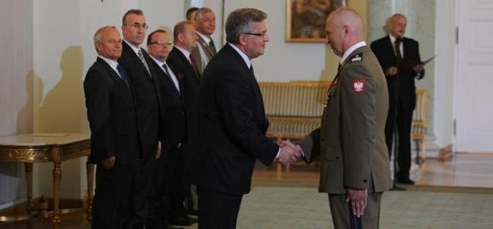 Prezydenta RP. Bronisław Komorowski gen. dyw. Mirosław Różański Prezydent wręczył akt mianowania nowemu Dowódcy Generalnemu fot. ŚWIECZAK