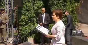 Prezydent Warszawy Hanna Gronkiewicz - Waltz Prezydent Bronisław Komorowski wręczył odznaczenia państwowe weteranom Powstania Warszawskiego