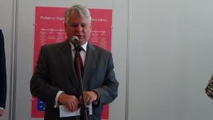 """Marszałek Senatu Bogdan Borusewicz Wystawa w Senacie """"Możemy i powinniśmy lepiej leczyć raka piersi"""" fot. ŚWIECZAK"""