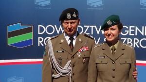 gen. dyw. Mirosław Różański z córką Uroczystość przekazania obowiązków Dowódcy Generalnego Rodzajów Sił Zbrojnych fot. ŚWIECZAK