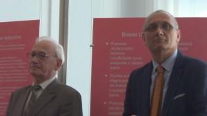 """prof. dr hab. n. med. Zbigniew Wronkowski  prof. dr hab. Jacek Jassem  Wystawa w Senacie """"Możemy i powinniśmy lepiej leczyć raka piersi"""" fot. ŚWIECZAK"""