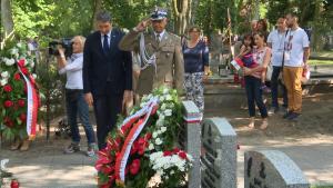 """Złożenie kwiatów na grobie gen. Antoniego Chruściela, """"Montera"""" fot. ŚWIECZAK"""