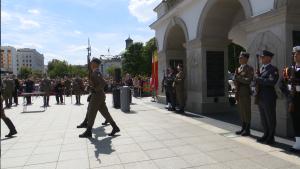 Uroczysta zmiana warty przed Grobem Nieznanego Żołnierza fot. ŚWIECZAK