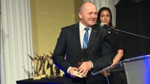 """Marek Sawicki Minister Rolnictwa i Rozwoju Wsi Złoty Laur """"Super Biznesu"""" statuetki rozdane fot. ŚWIECZAK"""