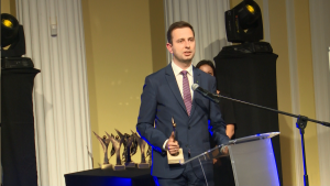 """Władysław Kosiniak Kamysz Minister Pracy i Polityki Społecznej Złoty Laur """"Super Biznesu"""" statuetki rozdane fot. ŚWIECZAK"""