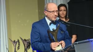 """prof. dr hab. Henryk Skarzyński Złoty Laur """"Super Biznesu"""" statuetki rozdane fot. ŚWIECZAK"""