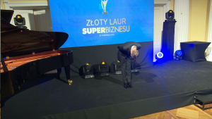 """Przemysław Winnicki Złoty Laur """"Super Biznesu"""" statuetki rozdane fot. ŚWIECZAK"""