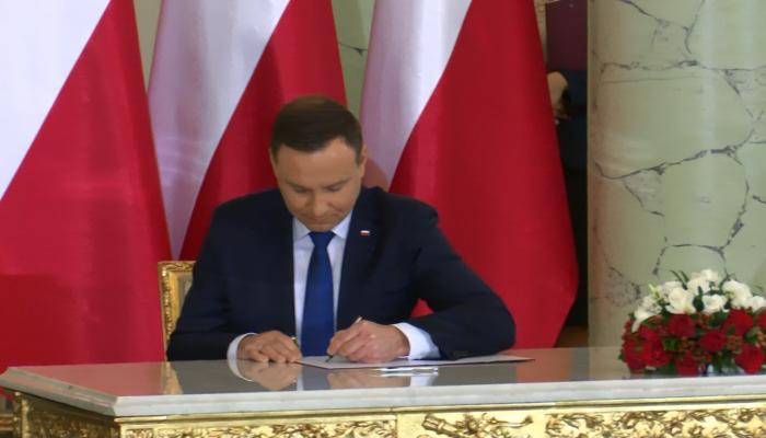 Andrzej Duda podpisał ustawę o Trybunale Konstytucyjnym fot. ŚWIECZAK