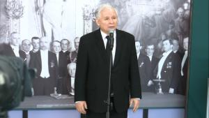 """Jarosław Kaczyński Wystawa """"Insygnia Wolności"""" w Senacie fot. ŚWIECZAK"""