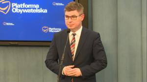 Jan Grabiec Konferencja prasowa PO - 500 złotych na KAŻDE dziecko - prezentacja spotu fot. ŚWIECZAK