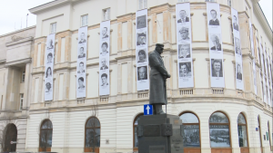 Zdjęcia 96 ofiar katastrofy smoleńskiej na elewacji gmachu Dowództwa Garnizonu Warszawa fot. ŚWIECZAK