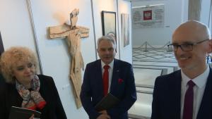 """Wicemarszałek Senatu Maria Koc otworzyła wystawę """"Ofiarom Katastrofy Smoleńskiej"""" fot. ŚWIECZAK"""