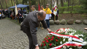 """Uroczystości pod pomnikiem """"Katyń 1940"""" w Otwocku fot. ŚWIECZAK"""