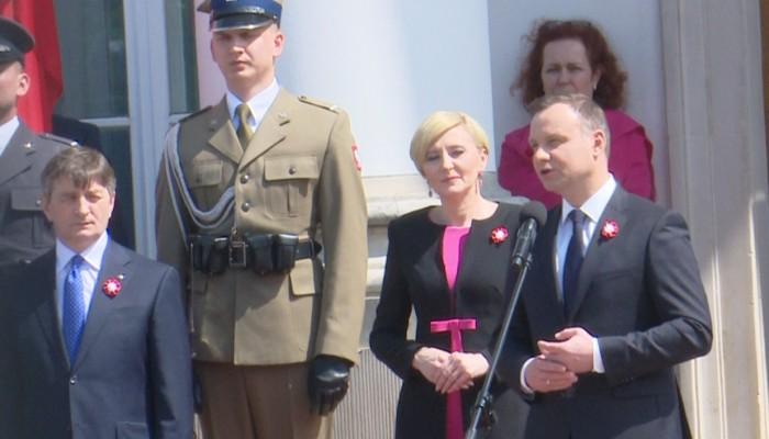 Dzień Flagi Rzeczypospolitej Polskiej. Prezydent odznaczył przedstawicieli środowisk polonijnych i wręczył flagi państwowe. fot. ŚWIECZAK