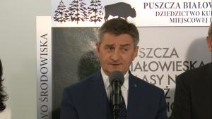 """Marszałek Kuchciński otworzył wystawę """"Puszcza Białowieska – lasy naturalne czy też dziedzictwo kulturowe miejscowej ludności"""" fot. ŚWIECZAK"""