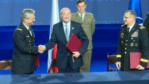Szef MON podpisał ważne dokumenty podczas szczytu NATO fot. ŚWIECZAK