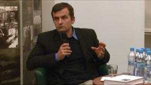 """Dr Adam Leszczyński """"Jedwabne, komunizm, sprawiedliwi, szmalcownicy"""" – dyskusja z cyklu """"Między swastyką a czerwoną gwiazdą"""" fot. ŚWIECZAK"""
